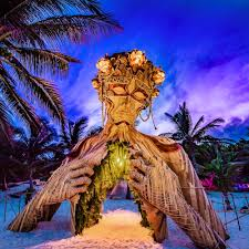 A Towering Wooden Sculpture by Daniel Popper Welcomes Beachgoers in Tulum |  Colossal
